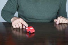 人手指指向一辆玩具汽车 免版税图库摄影