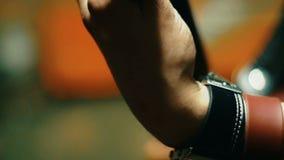 人手指特写镜头接触在吉他的串 股票录像