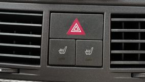 人手按在一块仪表板的一个激昂的位子按钮在汽车 股票录像