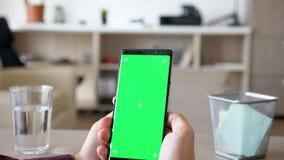 人手显露的射击举行与绿色屏幕色度嘲笑的一smartpone 影视素材