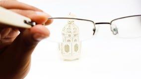人手测试眼睛玻璃`透镜与装饰灯笼cas的s 库存图片