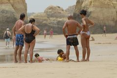人手表哄骗使用在波尔蒂芒的海滩,葡萄牙 免版税库存照片