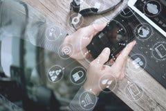 人手顶视图使用VOIP耳机的有数字式片剂comp的 免版税库存图片