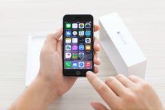 人打开一个箱子iPhone 6空间灰色 库存照片