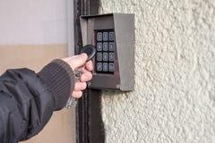 人打开与NFC标记的门 库存照片