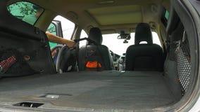 人打开在位子和起动吸尘下的车厢折叠 影视素材
