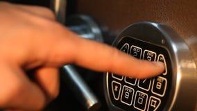 人打开有被编码的锁关闭的保险柜 股票录像