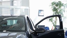 人打开车门在经销权 股票录像