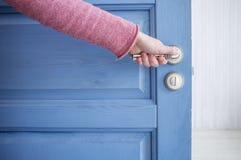 人打开门蓝色 库存照片