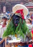 人打扮与在母牛GaijatraThe节日的草  免版税库存照片