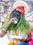 人打扮与在母牛GaijatraThe节日的草  免版税图库摄影