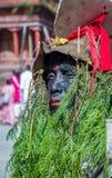 人打扮与在母牛GaijatraThe节日的草  图库摄影