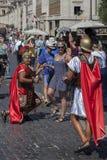 人打扮作为一名罗马军团的士兵 免版税库存照片
