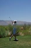 人打高尔夫球 免版税库存照片