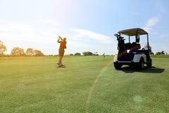 人打高尔夫球 库存图片