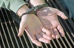 人扣上手铐的刑警 免版税图库摄影