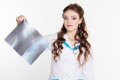 年轻人扣留看X-射线图片的女孩 免版税库存照片