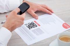 人扫描条形码 免版税库存照片