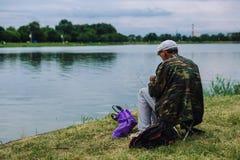 人抓与一根钓鱼竿的鱼 库存图片