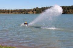 人投入了从喷气机滑雪的水喷射 库存图片