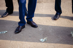 人投在地面上的金钱 图库摄影