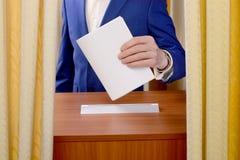 人投掷选票入投票箱 免版税库存照片