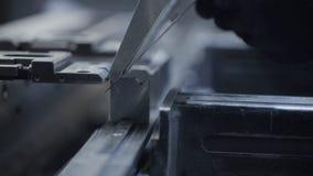 人折叠在车间的金属板 在重工业的现代工具 危险工作 钢高精度制造  影视素材