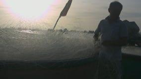 人折叠捕鱼网入小船在飓风特写镜头以后 影视素材