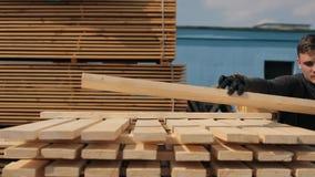 人折叠木板条 堆家具材料的方形的木板条 影视素材