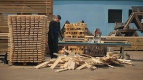 人折叠木板条 堆家具材料的方形的木板条 股票视频