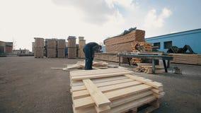 人折叠木板条 堆家具材料的方形的木板条 加速的射击 股票视频