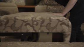人折叠的样式沙发在家具工厂 股票录像