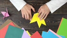 人折叠的origami形象,顶视图 股票视频
