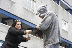 人抢劫的街道妇女 图库摄影