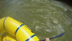 人抢夺与在漂流小船的一支桨 漂流在快速的山河的小船在喀尔巴汗 手视图 影视素材