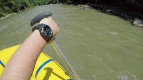 人抢夺与在漂流小船的一支桨 漂流在快速的山河的小船在喀尔巴汗 手视图 股票录像