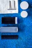 人护发和刮的` s化妆用品 香波,胶凝体,剃刀,在蓝色背景顶视图copyspace的蜡 免版税库存照片