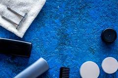 人护发和刮的` s化妆用品 香波,胶凝体,剃刀,在蓝色背景顶视图copyspace的蜡 免版税图库摄影