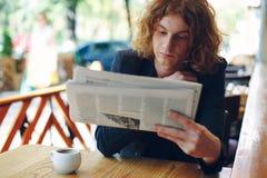 人报纸读取年轻人 库存照片
