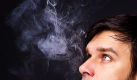 人抽烟的特写镜头 库存照片