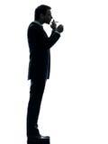 人抽烟的香烟剪影 免版税库存照片