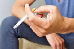 人抽烟的年轻人 免版税库存图片