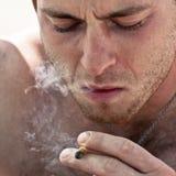 人抽烟的麻汁联接 免版税库存照片