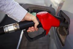 人抽的汽油燃料特写镜头在汽车的在加油站 在加油站的燃料汽车 在气泵的抽的气体 库存图片