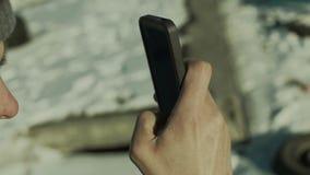 人拍在智能手机特写镜头面孔的照片 股票录像