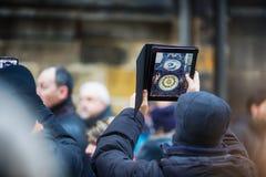 人拍摄布拉格天文学时钟 免版税库存图片
