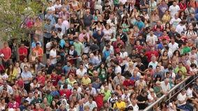 人拍的手人群,当观看有趣的街道表现时 股票录像