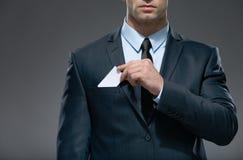 人拔出从口袋的白色卡片 免版税库存图片