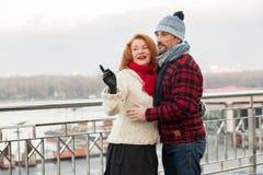 人拥抱桥梁的妇女 年迈的人民夫妇看对一种方式 在桥梁的都市夫妇日期 供以人员方式的妇女展示 免版税图库摄影