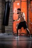 年轻人拳击锻炼 免版税图库摄影